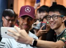 Lewis Hamilton coi fan a Singapore. Afp