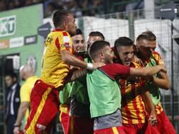 L'esultanza dei giocatori del Benevento. Lapresse
