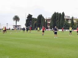 Il Genoa interrompe l'allenamento per osservare il minuto di silenzio. LaPresse