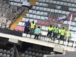 Gli operai saltano per testare la tenuta della gradinata. Twitter