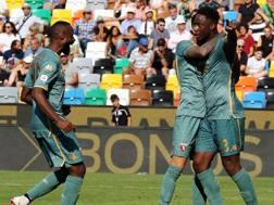 Soualiho Meïté, 24 anni, festeggiato dai compagni dopo il gol dell'1-1. LaPresse