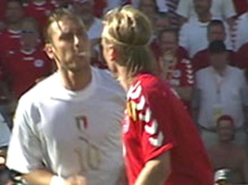 Immagine simbolo degli Europei 2004, lo sputo di Francesco Totti al danese Christian Poulsen passerà alla storia come l'emblema del fallimento azzurro in quella competizione e rimarrà una macchia indelebile nella carriera dell'allora capitano giallorosso.