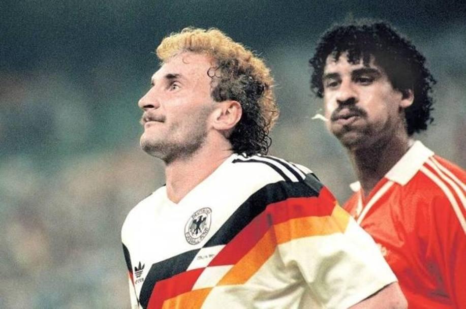 Mondiali '90. Agli ottavi di finale si gioca Olanda-Germania Ovest . Tra Frank Rijkaard e Rudi Voeller non scorre buon sangue: il primo decide di intervenire con un fallo ai danni dell'avversario e poi infierisce con insulti, sputi e spinte, secondo alcuni proseguite fin dentro gli spogliatoi.