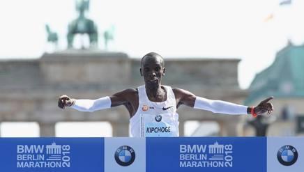 Eliud Kipchoge, 33 anni, keniano, 1,67 per 56 kg, al traguardo della maratona di Berlino Getty