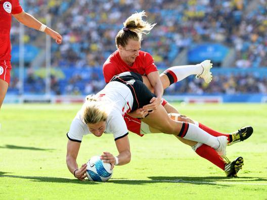 Claire Allan, dell'Inghilterra, placcata da una canadese ai Giochi del Commonwealth. Epa