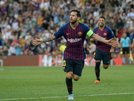 Messi esulta dopo il gol su punizione. Afp