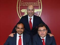 La foto di Gazidis (al centro) pubblicata dal sito dell'Arsenal.