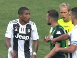 Douglas Costa, 28 anni, espulso domenica contro il Sassuolo per lo sputo a Di Francesco
