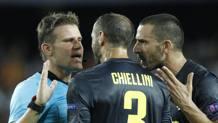 Chiellini e Bonucci protestano con l'arbitro Brych dopo l'espulsione di Cristiano Ronaldo. AP