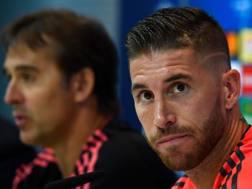 Il difensore del Real Madrid, Sergio Ramos. Sullo sfondo l'allenatore dei blancos, Lopetegui. Afp