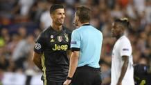 Cristiano Ronaldo di fronte all'arbitro Brych. Lapresse