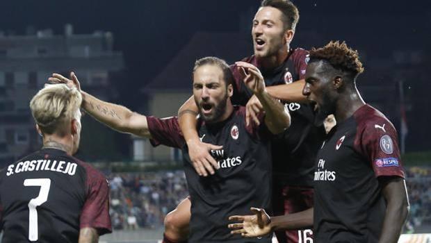 Gonzalo Higuain festeggiato dai compagni dopo il gol. Epa