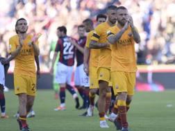 I giocatori della Roma dopo la sconfitta di Bologna al Dall'Ara. Lapresse