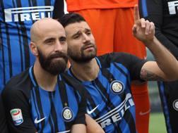 Borja Valero e Antonio Candreva durante la foto di rito dell'Inter. Getty