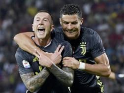 Bernardeschi festeggia con Ronaldo il suo gol. Lapresse