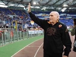 Il massaggiatore della Roma, Giorgio Rossi, con la maglietta per i suoi 80 anni. Account Twitter Roma