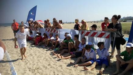 Un giovanissimo atleta della beach bocce impegnato nel Trofeo CONI - Kinder + Sport di Rimini