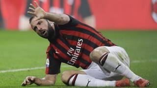 Gonzalo Higuain, 30 anni. Alla prima stagione al Milan,  vanta tre gol in rossonero  fin qui, due in campionato e uno in Europa League