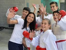 Sara con alcuni ragazzi del karate prima della competizione