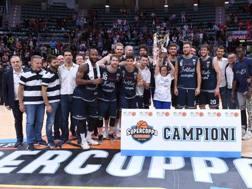 La Fortitudo Bologna festeggia la vittoria in Supercoppa. Ciam