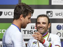 L'abbraccio tra Peter Sagan e Alejandro Valverde, 38 anni. Ap