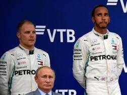Hamilton e Bottas sul podio insieme a Putin. Afp