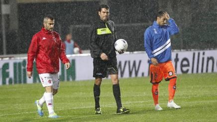 Il sopralluogo eseguito dall'arbitro Volpi insieme ai capitani delle due squadre.Lapresse