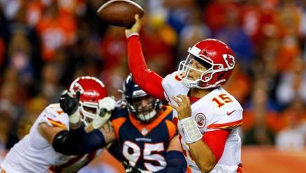 Pat Mahomes, 23 anni, quarterback dei Chiefs, in azione nel Monday Night contro la difesa dei Broncos AFP