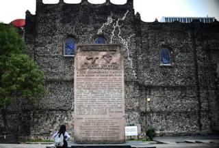 Un'immagine della stele ricordo posta nella piazza delle Tre Culture. Afp