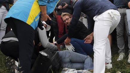 Koepka vicino alla donna colpita. Ap