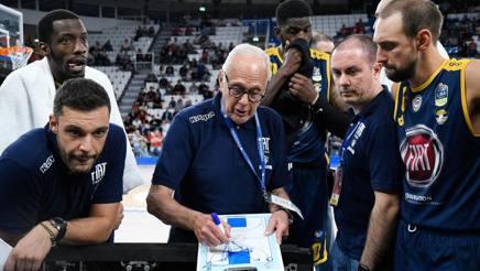 Larry Brown, 78 anni, allenatore di Torino, durante un timeout nella finale di Supercoppa CIAMILLO