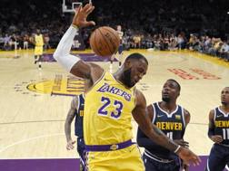 LeBron James in maglia Lakers a Los Angeles. Ap