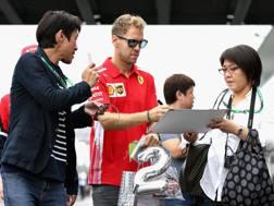 Vettel firma autografi a Suzuka. Getty