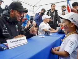 Hamilton e Bottas firmano autografi a Suzuka. Epa