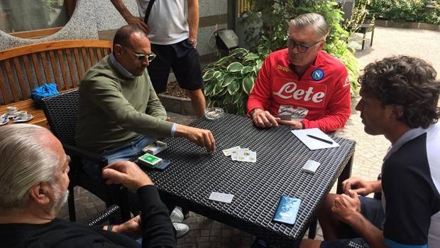 Carlo Ancelotti gioca a carte don De Laurentiis.