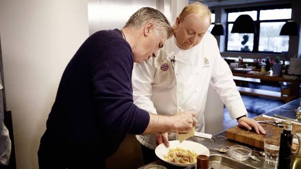 Carlo Ancelotti con lo chef Alfons Schuhbeck mentre prepara la carbonara.
