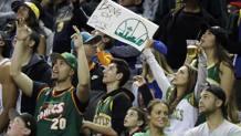La KeyArena piena per la sfida Golden State-Sacramento. Ap