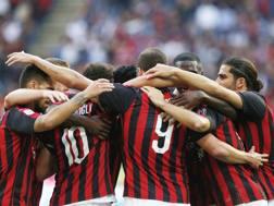 L'esultanza dei giocatori del Milan dopo il gol di Higuain. Ap