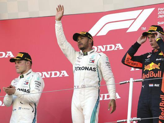 L'esultanza di Lewis Hamilton sul gradino più alto del podio, tra Valtteri Bottas (2°) e Max Verstappen (3°). Ap