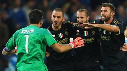 Buffon abbraccia i suoi compagni di reparto dopo la vittoria con il City. GETTY