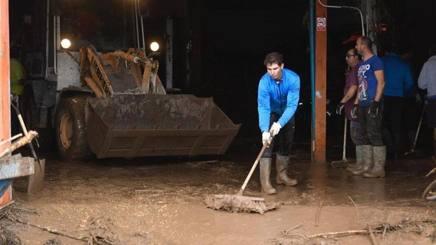 Rafa Nadal al lavoro a Maiorca per spalare il fango che ha invaso le strade