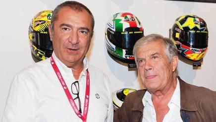 Il designer Aldo Drudi (a sin) con Giacomo Agostini e i caschi di Rossi. Bozzani
