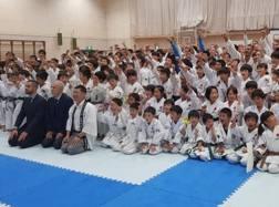 : La Nazionale italiana con i ragazzi di Gotemba, città olimpica per Tokyo 2020: gli azzurri si sono allenati qui in vista della Premier League