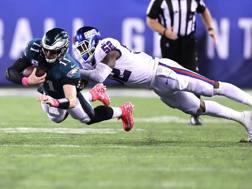 Carson Wentz resiste alla difesa dei Giants. Afp