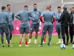 Niko Kovac (di spalle con il cappellino) mentre parla ai giocatori del Bayern. Afp
