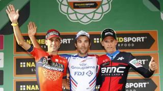 Il podio: da sinistra Vincenzo Nibali, secondo; il francese Thibaut Pinot, vincitore; il belga Dylan Teuns, terzo. Bettini