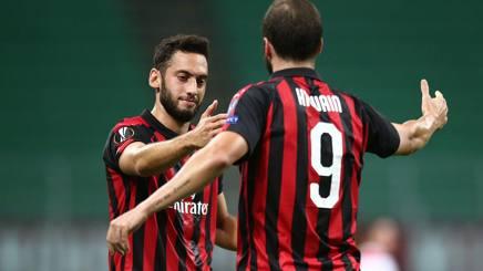 Hakan Calhanoglu, 24 anni, e Gonzalo Higuain, 30, frecce del Milan verso il derby.  Lapresse
