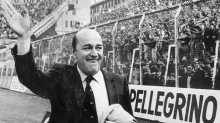 Paolo Mantovani, felicissimo, mentre saluta i tifosi in festa per il suo ritorno allo stadio Ferraris dopo due anni di assenza. ANSA