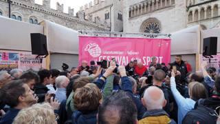 Piazza del Duomo gremita per uno dei tanti eventi del Festival BOZZANI