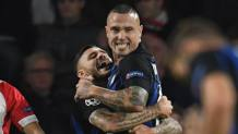 Radja Nainggolan, 30 anni, esulta con Mauro Icari, 26, dopo il gol al Psv. Getty